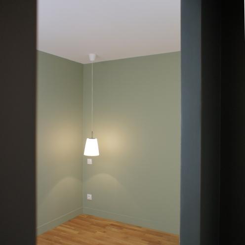 future chambre... L'eternel plafonnier a été remplacé par une suspension de chevet