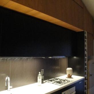 Deux niveaux de meubles hauts pour intégrer cette cuisine sous un rampant existant