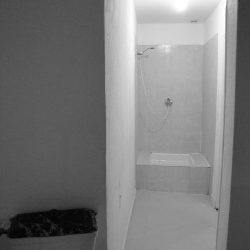 ...douche exilée au bout du couloir