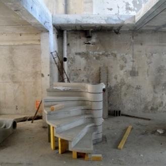 premières marche de l'escalier hélicoïdal en béton
