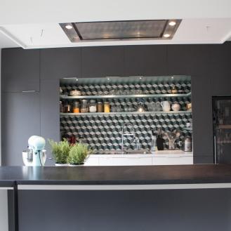 Une cuisine très intégrée mais avec un accent de couleur dans la niche