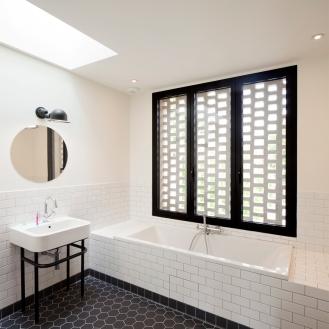 claustra de brique et pietement des lavabos sur mesure
